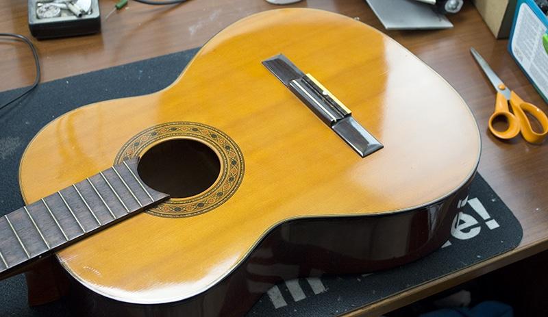 table nettoyée guitare classique
