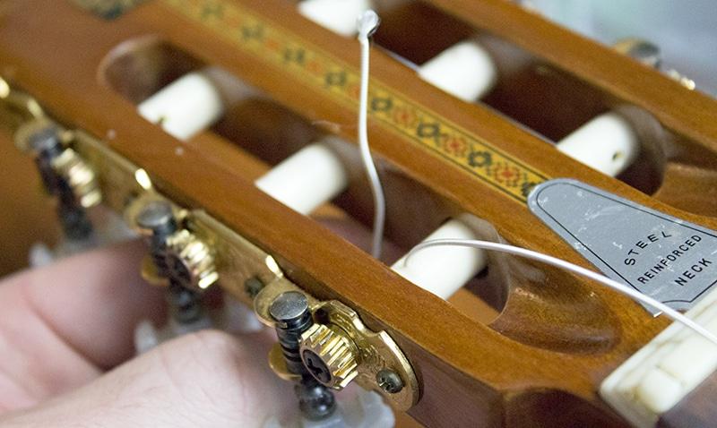 on passe derriere corde filée classique guitare