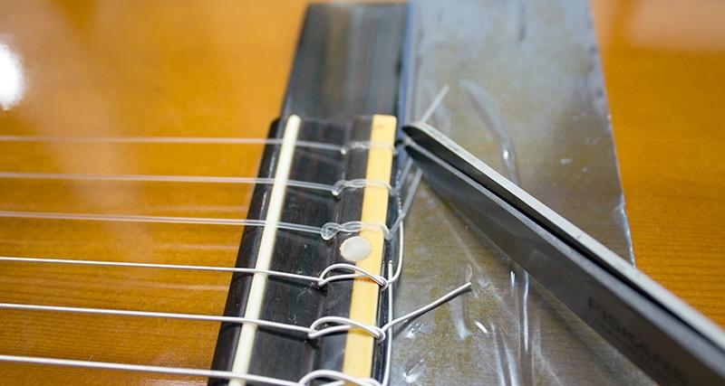 On coupe avec les ciseaux les bouts de cordes classiques qui dépassent trop